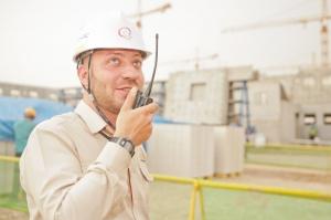 Може ли координаторът по БЗ да е лице по трудов договор със строителя